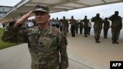 Pasukan AS memberikan penghormatan pada upacata pembukaan gedung baru pasukan AS-Korea Selatan di Kamp Humphreys, Pyeongtaek, Korea Selatan Juni tahun lalu (foto: dok).