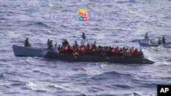 移民接受意大利海军的帮助(资料照片)
