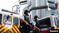 香港活動人士李宇軒2021年8月19日在重警防守下乘囚車抵達香港高等法院。 (路透社照片)