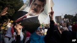 Một phụ nữ cầm bức ảnh của tổng thống bị lật đổ Mohamed Morsi trong cuộc biểu tình ở thành phố Nasr