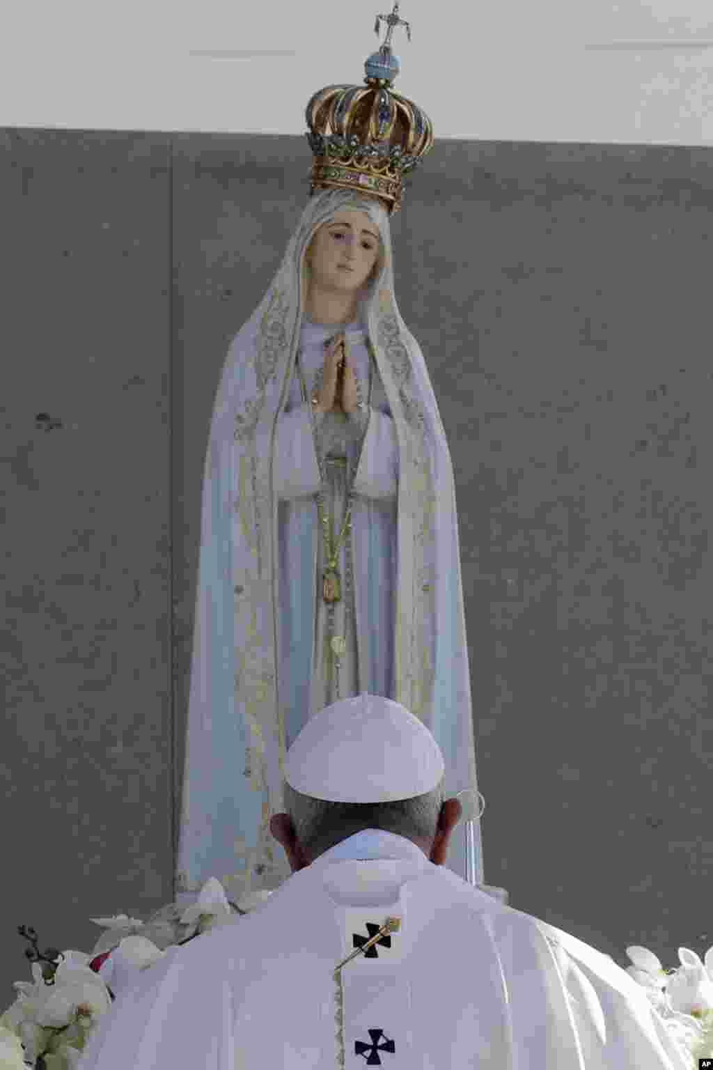 دعای پاپ فرانسیس رهبر کاتولیک های جهان مقابل مجسمه مریم مقدس در زیارتگاه فاطیما در پرتغال