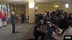 Duta Besar Palestina untuk PBB Riyad Mansour berbicara di depan wartawan di markas besar PBB, New York, Kamis (3/11).