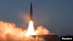 북한이 지난달 25일 신형전술유도무기 시험발사에 성공했다며 공개한 발사 장면 사진.