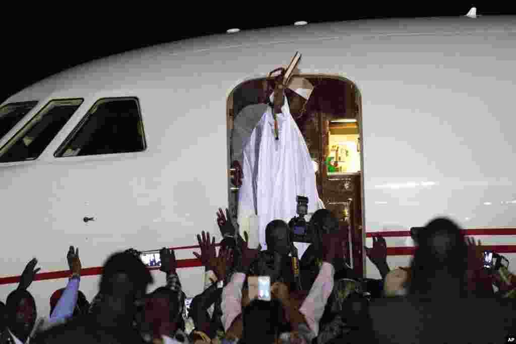 លោក Yahya Jammeh មេដឹកនាំចាញ់ឆ្នោតរបស់ប្រទេសហ្គំប៊ីបក់ដៃទៅកាន់អ្នកគាំទ្រ នៅពេលលោកចាកចេញពីព្រលានយន្តហោះ Banjul កាលពីថ្ងៃទី២១ ខែមករា ឆ្នាំ២០១៧។ លោក Jammeh បានប្រកាសថា លោកសម្រេចចិត្តចុះចេញពីអំណាច បន្ទាប់ពីប៉ុន្មានម៉ោងកិច្ចចរចាចុងក្រោយជាមួយនឹងមេដឹកនាំថ្នាក់តំបន់ និងការគំរាមកំហែងរបស់កងកម្លាំងយោធាថ្នាក់តំបន់ដើម្បីបណ្តេញលោកចេញ។