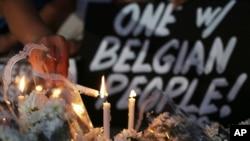 Los tributos florales continúan llegando para las víctimas de los ataques terroristas de la semana pasada en Bruselas.