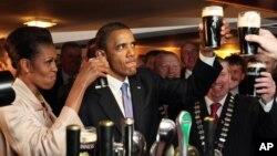 Presiden Barack Obama dan ibu negara Michelle Obama minum bir saat berkunjung ke Irlandia (foto: dok). Gedung Putih merilis resep bir buatan Obama dalam blog resmi mereka.