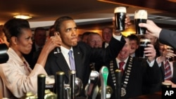 Presiden AS Barack Obama dan ibu negara Michelle Obama minum bir Guinness dalam suatu kesempatan. (Foto: Dok)