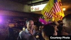 Blogger Điếu Cày Nguyễn Văn Hải trả lời báo giới tại phi trường Los Angeles tối ngày 21/10/2014. (Ảnh: Dan Lam Bao)