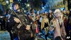 به رغم حمله تروریستی سه شنبه، در همین شب مراسم هالووین در نیویورک با حضور نیروهای پلیس و بی حاشیه برگزار شد.