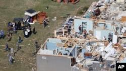 Orang-orang menyelamatkan barang-barang pribadi dekat Cookeville, Tennessee setelah tornado menghantam negara bagian itu, Selasa, 3 Maret 2020.