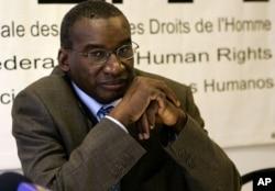 Le président de l'Assemblée des Etats parties au statut de Rome, Sidiki Kaba, à droite, et l'avocate américaine du Centre du Droit Constitutionnel (CDR) à Paris, France, 28 octobre 2005.