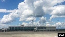 """距离斯里兰卡南方城市汉班托塔40公里处的马特拉·拉贾帕克萨国际机场,被称为""""全世界最空的国际机场""""。(美国之音朱诺拍摄,2017年1月28日)"""
