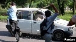 گاڑی پر حملہ آور ہوتے مشتعل مظاہرین