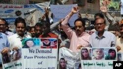 انسانی حقوق کے کارکن ہندو لڑکیوں کی مبینہ جبری تبدیلیٔ مذہب کے خلاف احتجاج کر رہے ہیں۔ (فائل فوٹو)