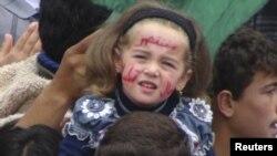 Seorang gadis cilik menghadiri demonstrasi anti-Presiden Bashar al-Assad setelah sholat Jumat (20/4), di Talbiseh, dekat Homs.