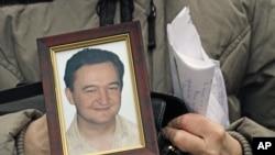 ຮູບຂອງມື້ລາງທະນາຍຄວາມ Sergei Magnitsky ທີ່ກ່າວກັນວ່າ ຖືກທຸບຕີຈົນຕາຍ ຢູ່ໃນຄຸກນັ້ນ.
