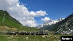 印度軍隊準備開往拉達克地區的軍車。(2020年6月16日)