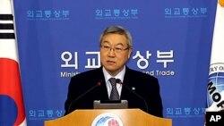 김성환 외교통상부 장관이 핵안보정상회의 20여일 앞둔 5일 오후 브리핑을 하고 있다.