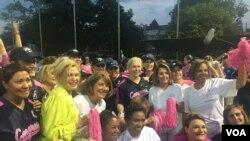 2017年6月21日第九届美国国会女子垒球赛,国会女议员比赛结束后拍照 (美国之音李逸华摄)