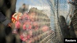 Une enfant palestinienne espère traverser l'Egypte avec sa famille, pleure derrière les barbelés entre l'Egypte et le sud de la bande de Gaza, le 20 janvier 2015.