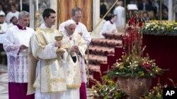 Папа Римский Бенедикт XVI (в центре). Ватикан. 1 января 2013 г.