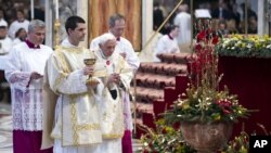 Paus Benediktus XVI bersiap untuk memberikan komuni dalam misa perayaan Tahun Baru di Gereja Basilika Santo Peter di Vatican, January 1, 2013. (AP Photo/Andrew Medichini)