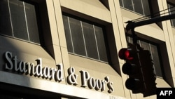 Kantor Standard & Poor's, perusahanan layanan finansial menurunkan peringkat kredit Inggris, Kamis (13/12).