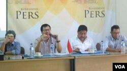 Wakil Ketua SETARA Institute, Bonar Tigor Naipospos (sedang berbicara) dan Ketua SETARA, Hendardi (kedua dari kanan) dalam jumpa pers soal RUU terorisme di kantor SETARA di Jakarta hari Senin (10/7). (Fathiyah/VOA)