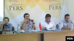 Wakil Ketua Setara Institute Bonar Tigor Naipospos (kedua dari kiri) memberikan jumpa pers di kantornya di Jakarta. (Foto dok: Fathiyah/VOA)