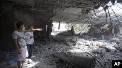 U obilasku koji je organizirala libijska vlada, novinarima je pokazano mjesto gdje je projektil probio zid, dok drugi, neeksplodirani projektil leži na tlu zdanja u kojemu živi Moamer Gadafi s obitelji, u Tripoliju, 1. svibnja 2011.