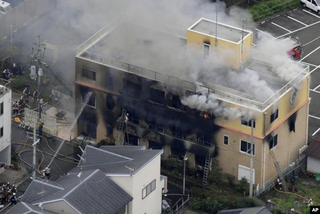 """Asap mengepul dari bangunan tiga lantai """"Kyoto Animation"""" saat terjadinya kebakaran di Kyoto, Jepang barat, Kamis, 18 Juli 2019."""