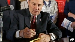 El gobernador de Utah, Gary Herbert, firmó la ley tras afirmar que la pornografía es una crisis de salud pública.