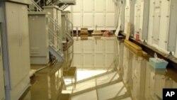 這張攝於星期天的照片顯示﹐日本發生事故的福島核電站又發現有放射污染的水漏出