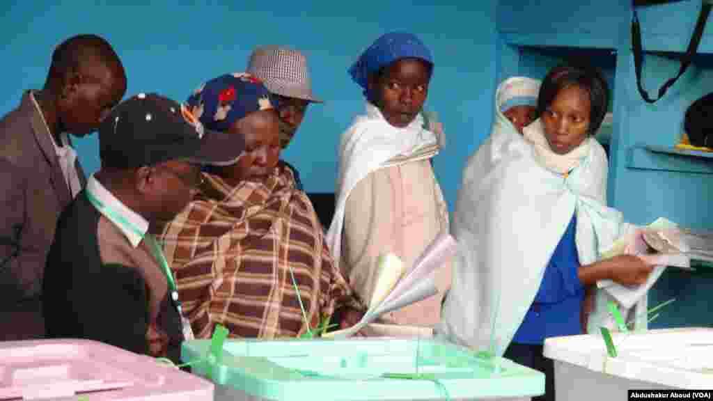 Mama atabika kuweka kura yake kwenye sanduku anaomba msaada huko Gatundu.