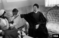 عکس مشهوری از عباس عطار که محمد خاتمی رئیس جمهوری سابق ایران را نشان می دهد که دستش را برای دستبوسی دراز کرده بود.