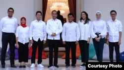 Presiden Joko Widodo saat memperkenalkan tujuh orang Staf Khusus Presiden di veranda Istana Merdeka, Jakarta, Kamis, 21 November 2019. (Foto: setpres.setneg)