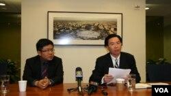 民進黨駐美代表吳釗燮(左邊手拿文件者)、民進黨國際事務部主任劉世忠舉行記者會(美國之音鍾辰芳)