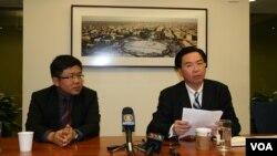 民進黨駐美代表吳釗燮(左)、民進黨國際事務部主任劉世忠舉行記者會(美國之音鍾辰芳)