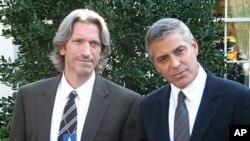 演员克鲁尼(右)与一位活动人士合影