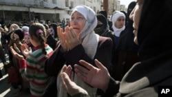 一名婦人在3月10日位於伊德利卜省的反政府示威活動期間祈禱。