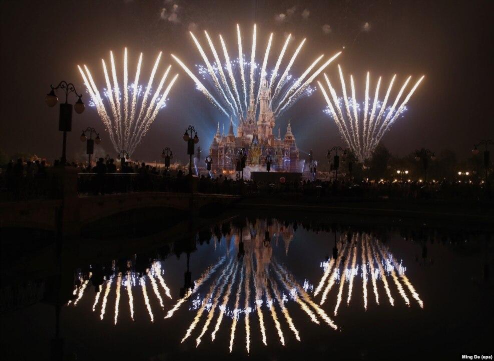 چین: شنگھائی ڈزنی لینڈ میں جادوئی کہانی کے قلعہ کے اطراف میں آتش بازی کا مظاہرہ