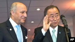 반기문 유엔 사무총장(오른쪽)과 로랑 파비우스 프랑스 외무장관이 11일 파리 기후변화협약 총회에서 기자들의 질문에 답하고 있다.