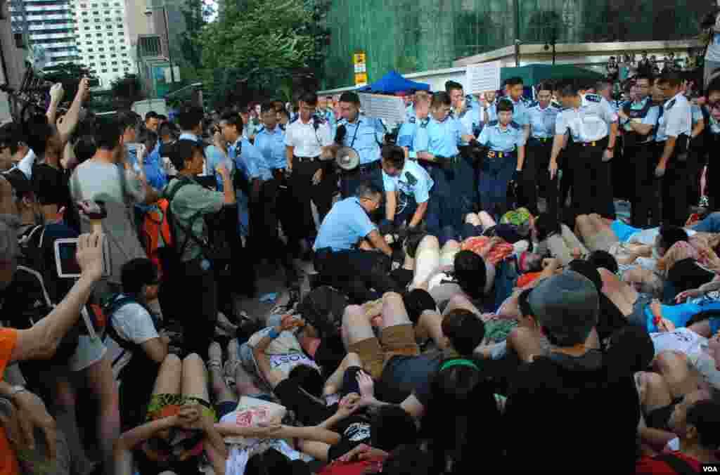 香港警方星期三凌晨展開幾波清場行動,至早上8點仍未完全將中環遮打道上預演佔中的靜坐人士全部抬走