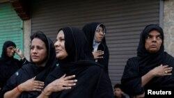 یوم عاشور کے جلوس میں شریک خواتین سینہ کوبی کرتے ہوئے