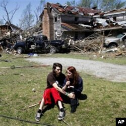 Nathaniel Ramey,à gauche, conforte Megan Hurst devant la maison de sa grand-mère à Askewville, en Caroline du Nord