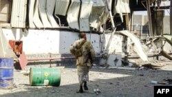 Seorang tentara pro-pemerintah berjalan di bagian timur pelabuhan saat pertempuran dengan pemberontak Houthi bulan lalu (foto: dok).