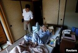 Yuu Yasui, dokter dan pendiri Klinik Yamato, mengunjungi Yasuhiro Sato, pasien kanker paru-paru stadium akhir, di rumahnya di Tokyo, Jepang, 11 Juli 2017.