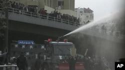 约旦警方周五向示威者喷射高压水龙