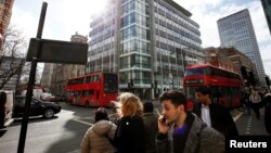 Abantu behamba emgwaqweni e central London, kwele Bhilitane.
