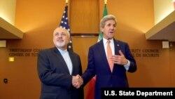 عکسی از کری وزیر خارجه وقت آمریکا و محمدجواد ظریف وزیر خارجه ایران در زمان توافق هسته ای در سال ۲۰۱۵